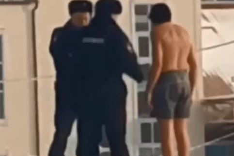 Гуляющего по улице в одних шортах мужчину остановила полиция: продолжение видео из Солнечного