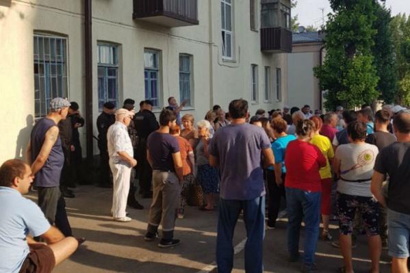 Это не митинг, как могло бы показаться вначале, а разгон стихийного рынка в Ростове