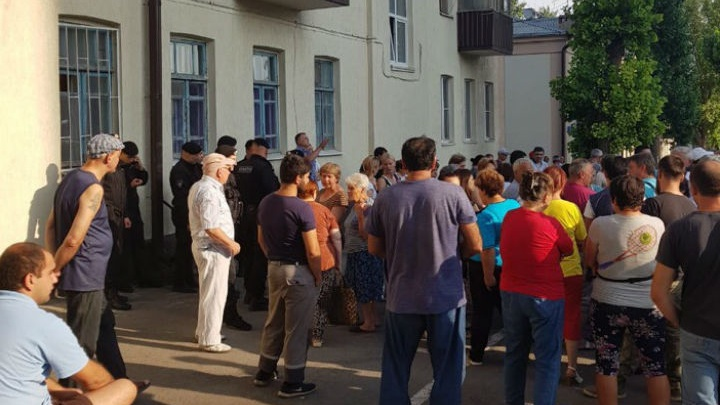 Сотрудники администрации вместе с ОМОНом разогнали стихийный рынок в микрорайоне Рабочий городок