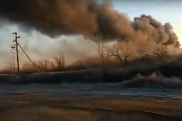Базу заволокло чёрным дымом