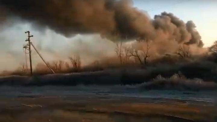 «После взрывов всех эвакуировали»: под Волгоградом горит лакокрасочное производство