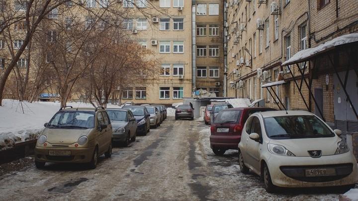 ПДД для бывалых: суровый закон дворов, или Как водителю обозлить соседа