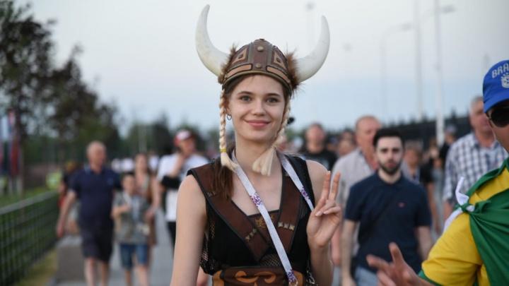 Девушки-викинги и прекрасные славянки: самые яркие болельщицы матча Исландия — Хорватия