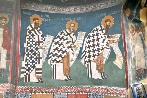 Батюшка собрал уникальную коллекцию церковных нарядов