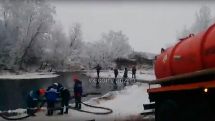 В Башкирии прорвало трубопровод: процесс сбора нефтепродукта попал на видео