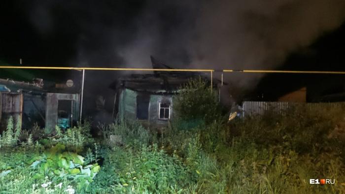 Пожарные пытались спасти соседние дома от огня