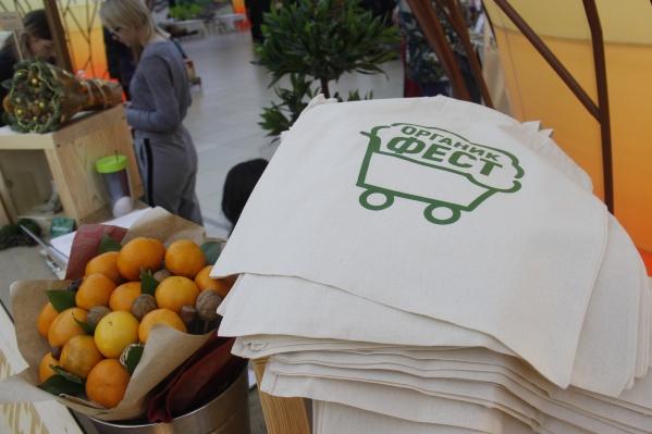 Посетителям на входе предлагают многоразовую сумку за 300 рублей вместо бесплатных пластиковых пакетов