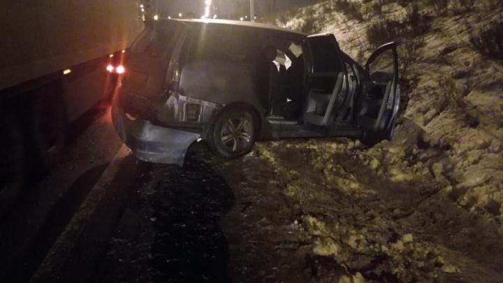 Смертельное ДТП: на М-5 под Самарой грузовик «впечатал» легковушку в холм