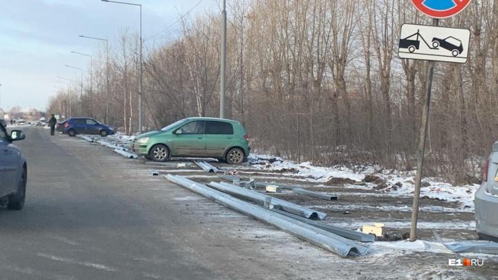 В Кольцово перекроют заборами стоянку, где бесплатно парковались таксисты, ожидающие заказов