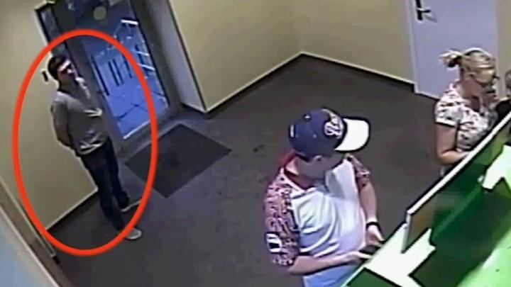 Пермяков просят опознать мужчину, который похитил деньги с банковской карты