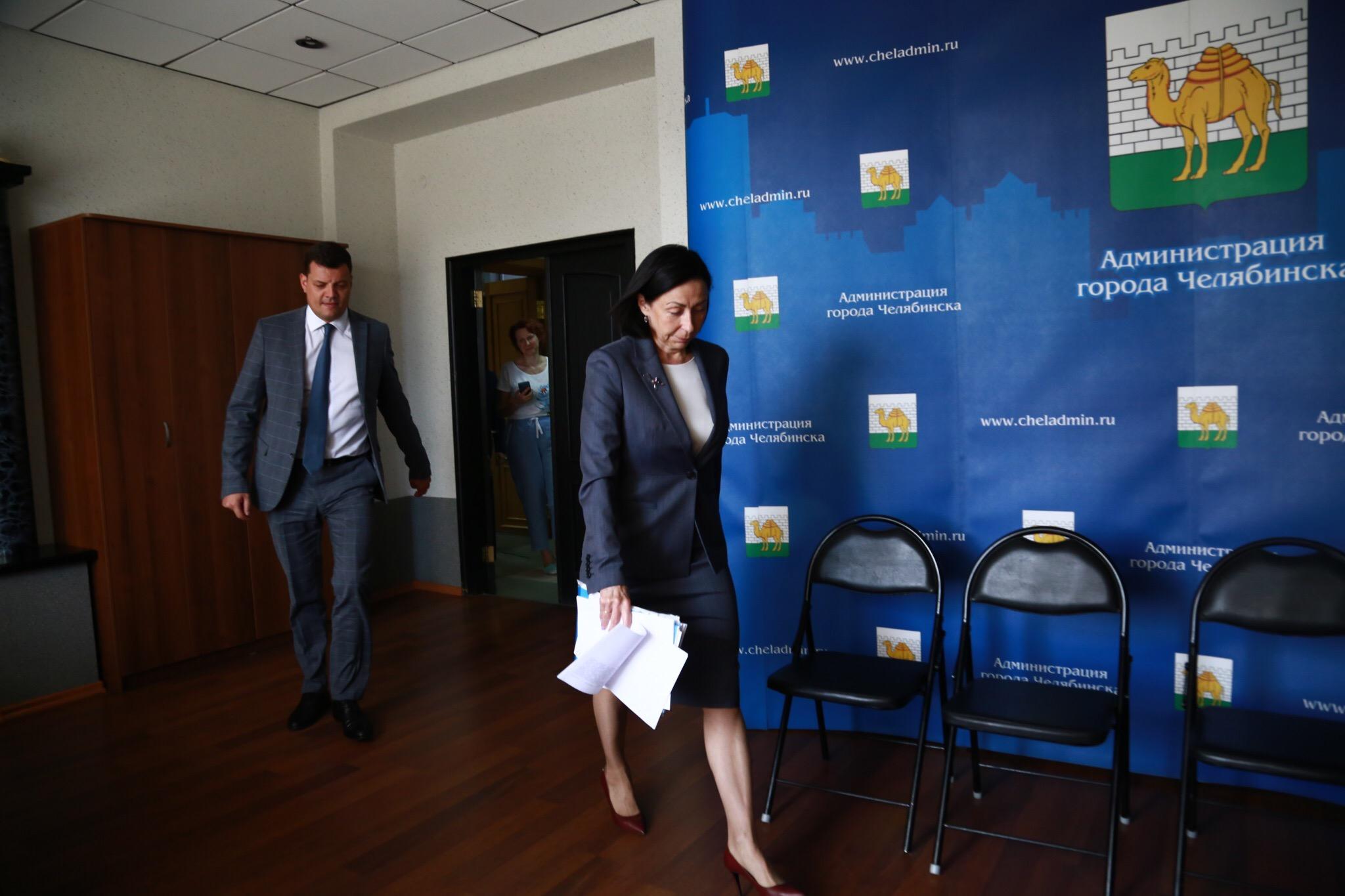 Первая в истории Челябинска женщина-мэр выбрала предельно деловой стиль одежды для первой пресс-конференции
