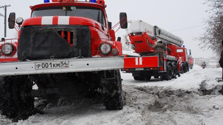 Из горящего дома в Калининском районе спасли семь человек: хозяин квартиры попал в реанимацию