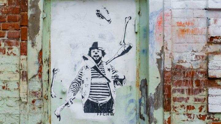 Художник Ffchw нарисовал на Пермском зоопарке клоуна, жонглирующего костями животных