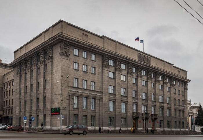 Перебои с электроэнергией оставили без света здание мэрии Новосибирска на Красном проспекте