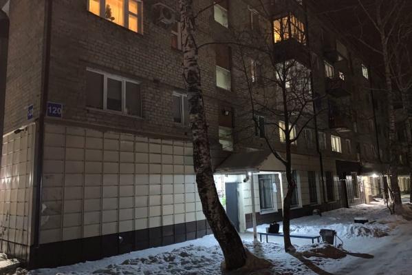 Трагедия произошла в ночь с 18 на 19 декабря в пятиэтажке на Ремезова