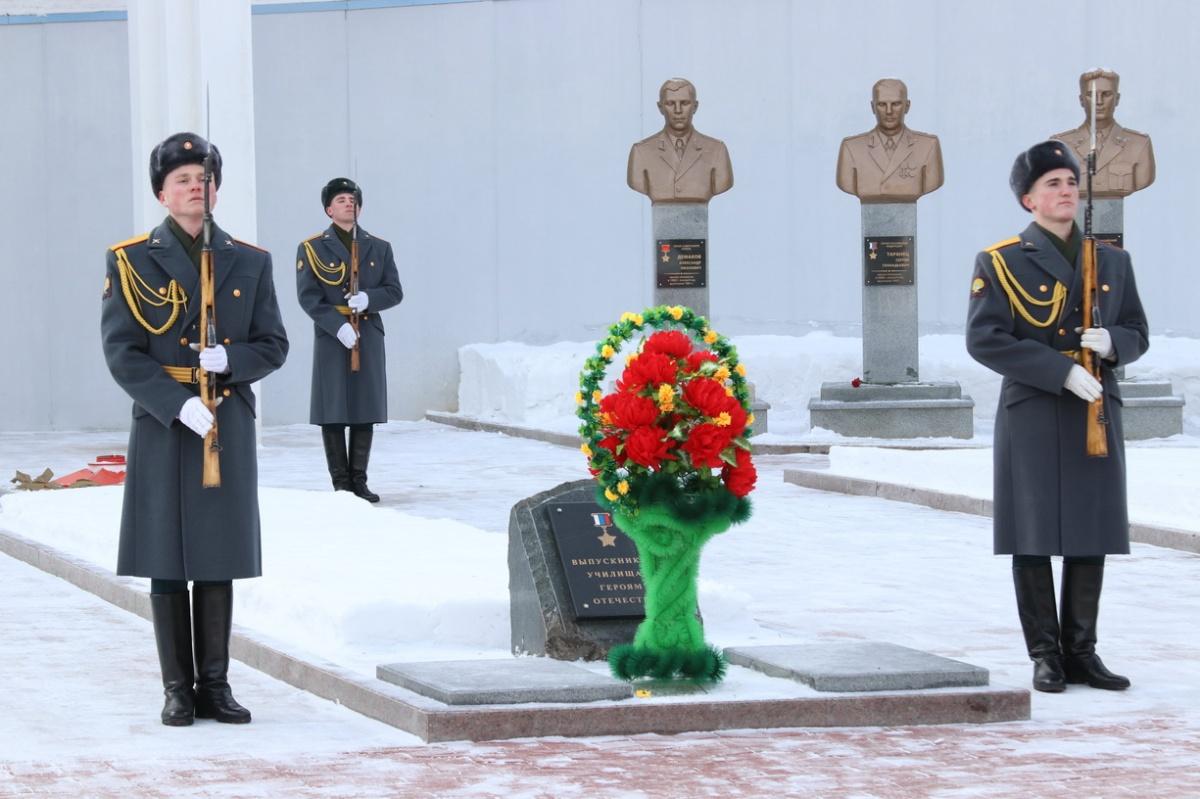 Участники митинга возложили цветы к мемориалу героев-выпускников училища