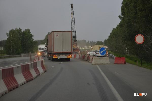 Автовладельцы предупреждают, что ездить по отремонтированному мосту стоит аккуратнее