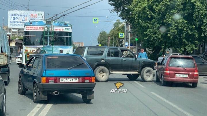 Троллейбус объезжал ДТП с двумя машинами на Бориса Богаткова и устроил аварию с третьей