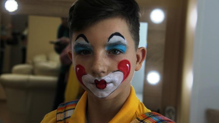 Мальчик из детдома в наряде клоуна выступил на арене омского цирка