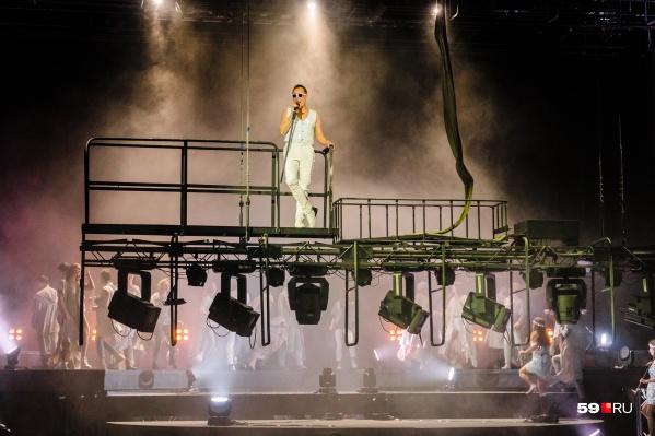 Альберт Макаров исполнил партию Иуды из нового мюзикла Jesus Christ Superstar (16+). Артист чувствует себя бесстрашно на высоте. Актеры ежегодно проходят инструктаж по работе на высотных декорациях