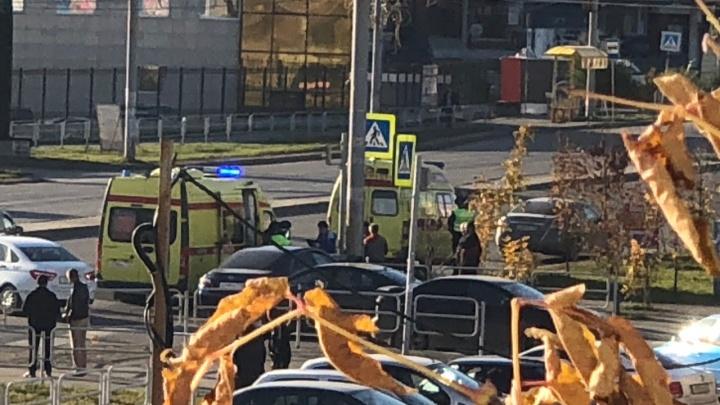Пострадал ребёнок: в Челябинске иномарка вылетела на тротуар и врезалась в фонарный столб