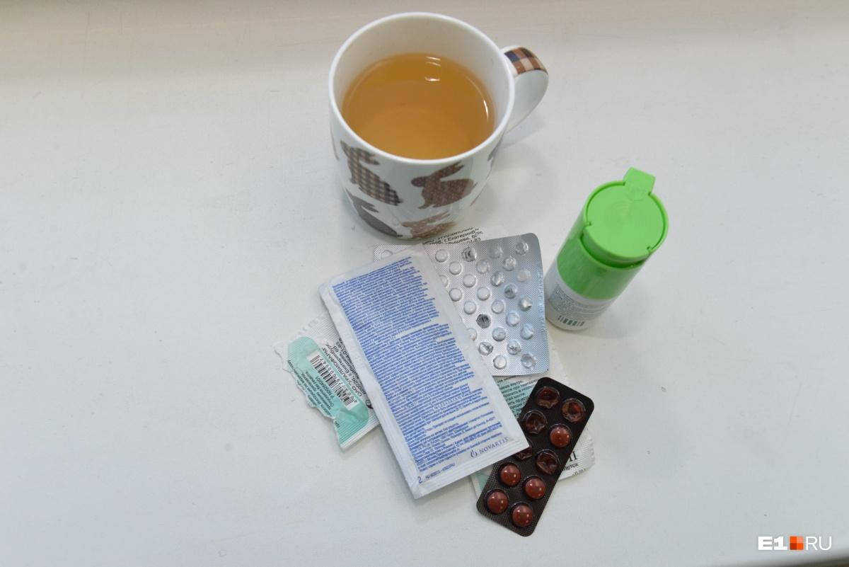 Не всегда нужно принимать препараты для снижения температуры. Иногда достаточно снять одежду и обтереться водой