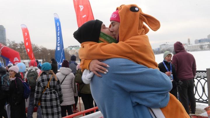 Предложение руки и сердца и голые Санта-Клаусы: самые яркие моменты забега по центру Екатеринбурга