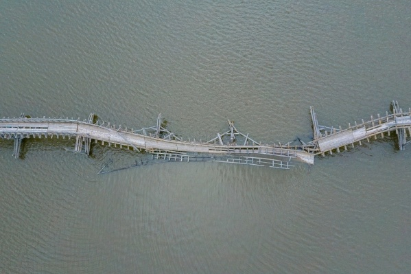 За мост бьются активисты