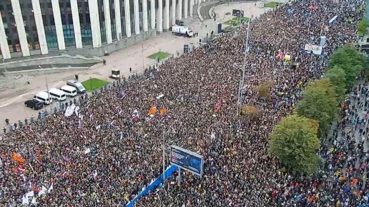 Пришли Дудь, Оксимирон и Парфенов: в Москве 50 тысяч человек выступили против произвола властей