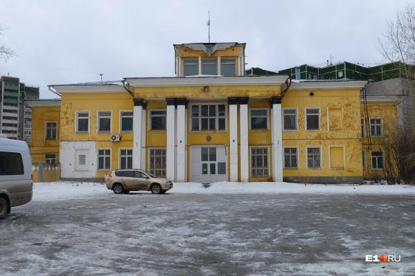 Это двухэтажное здание построили в 30-х годах, его планируют снести
