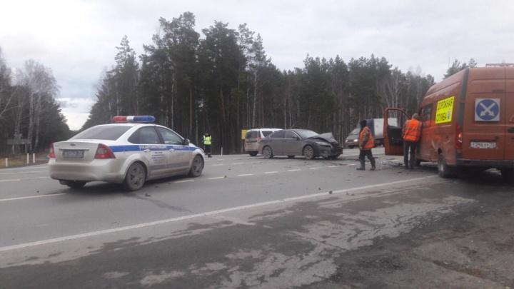 Под Тюменью столкнулись Mazda и «Газель» с дорожниками. Одного пострадавшего увезли в больницу
