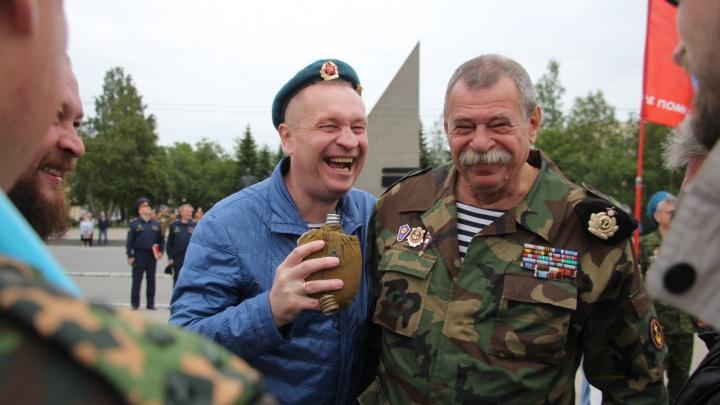«Никаких купаний в фонтанах»: День ВДВ в Архангельске в режиме онлайн
