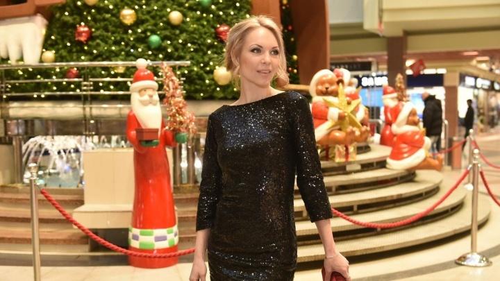 Блондинка под ёлкой: как секретарь из Екатеринбурга готовилась к корпоративу со стилистом