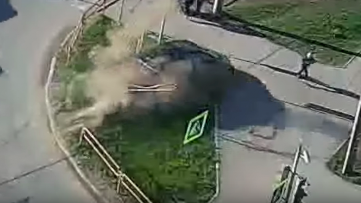 Дорожное видео недели: безумный поворот у вокзала, вылет на тротуар и поимка воришек аккумуляторов