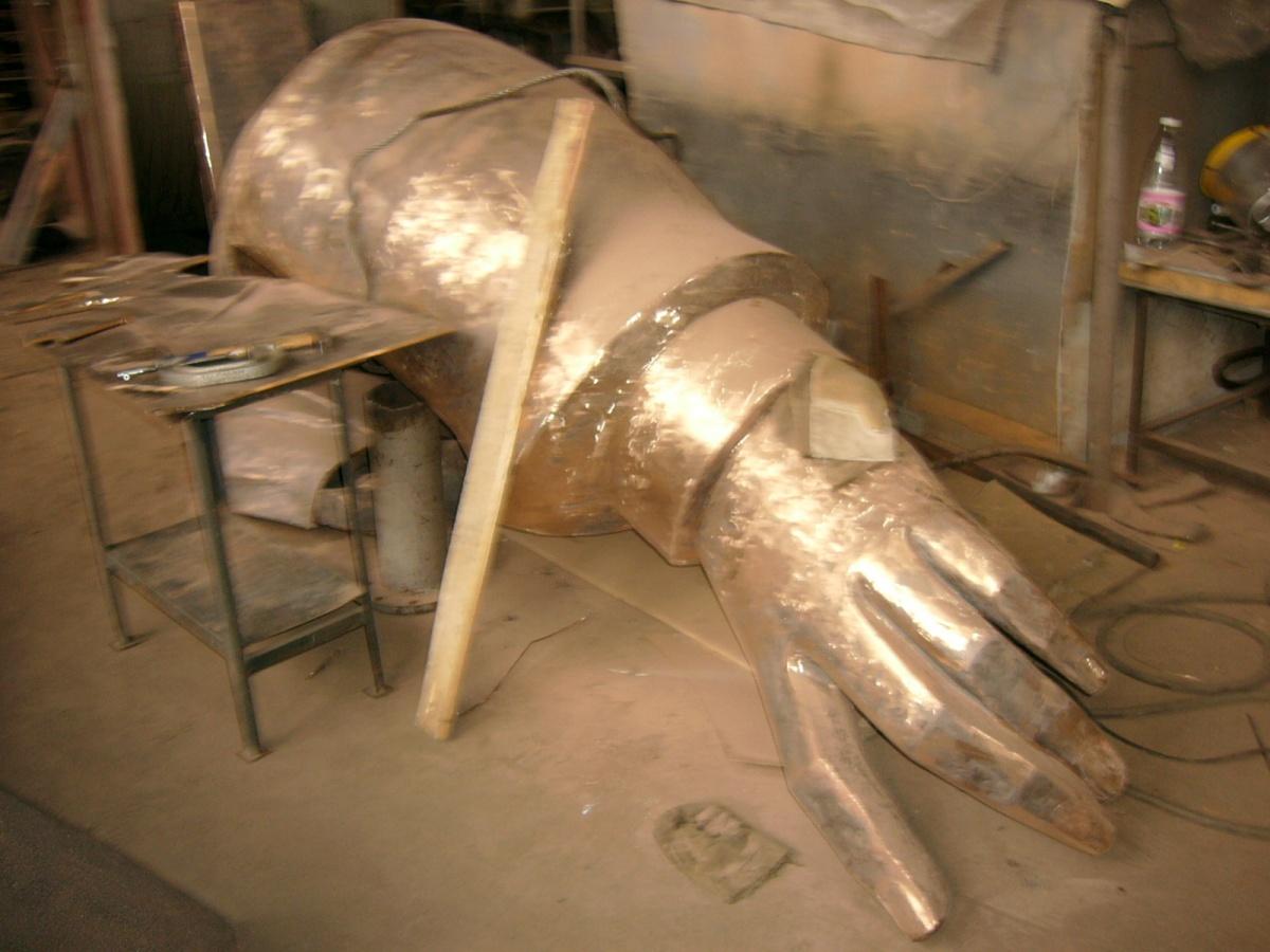 Из бронзы памятник отливали по частям