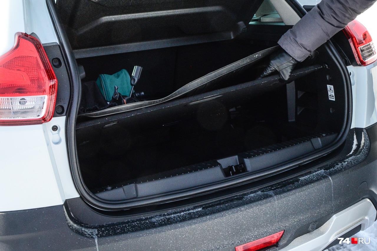 Под фальшполом есть неглубокий отсек, куда можно положить набор автомобилиста или бутылку воды на 1,5 литра