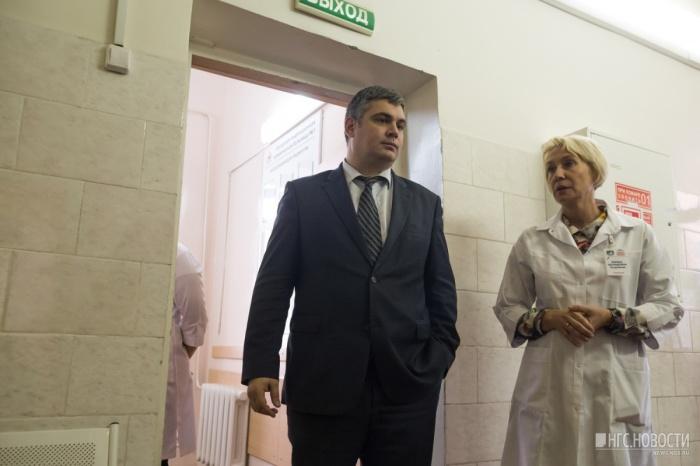 Заместитель министра здравоохранения НСО Ярослав Фролов и главный инфекционист области Лариса Позднякова на открытии поликлиники для новосибирцев с ВИЧ 14 октября 2016 года