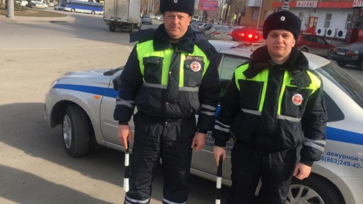 Ростовские автоинспекторы спасли лежащую на дороге пенсионерку