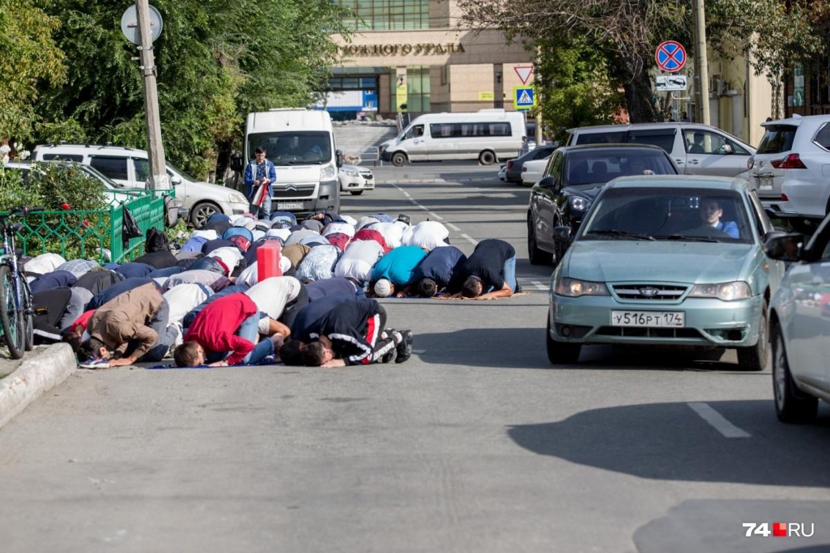 В Челябинске  верующим не хватило места  на тротуаре