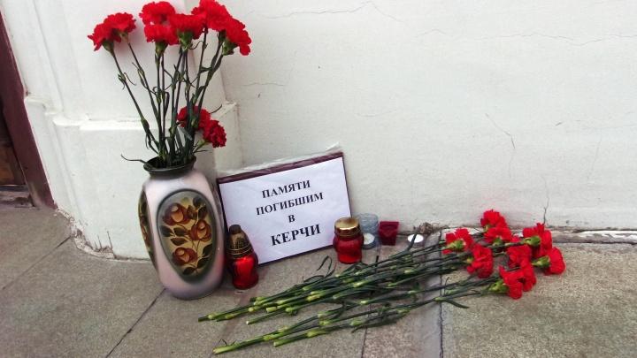 Скорбим вместе с Керчью: новосибирцы принесли цветы к часовне на Красном проспекте