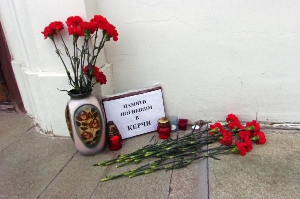 Новосибирск присоединился к скорби о погибших во время стрельбы и взрыва в керченском колледже
