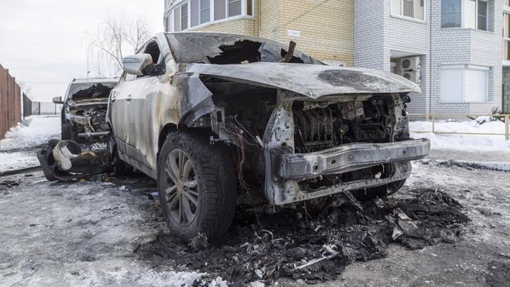 «Не исключается поджог»: на волгоградской парковке ночью сгорели четыре автомобиля