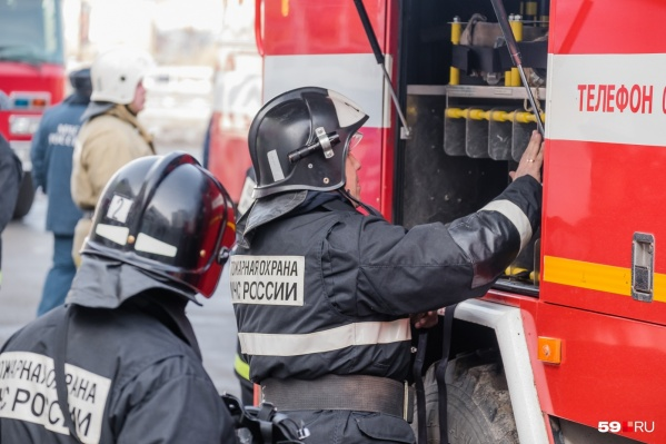 Горящий дом в Кизеле тушили 15 пожарных