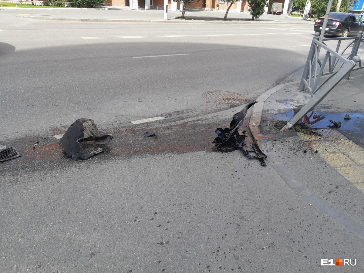 Это части бампера, которые отлетели во время удара о бордюр недалеко от суда