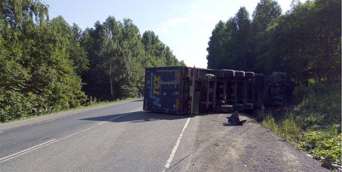 На границе Башкирии Toyota Avensis влетела в грузовик
