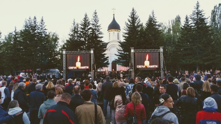 На всероссийскую акцию «Свеча памяти» в парк Победы пришли сотни омичей
