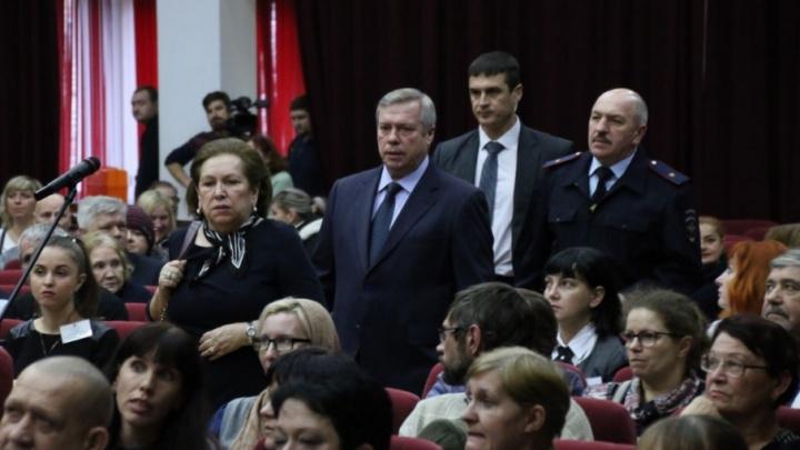 Губернатор Василий Голубев впервые после пожара на Театралке встретился с погорельцами