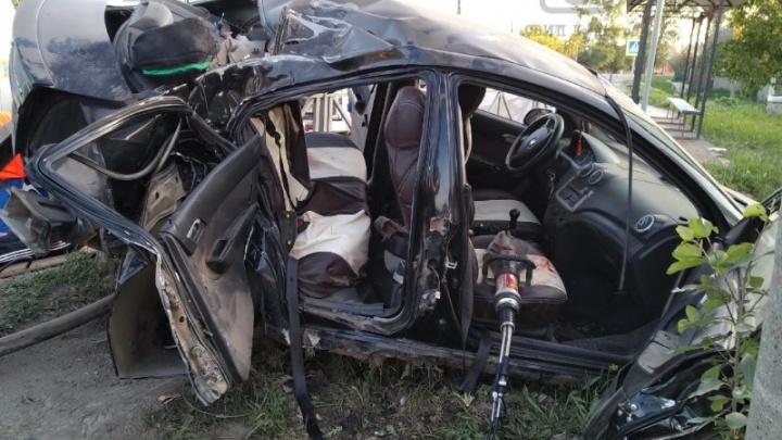 Водитель был пьян. В Кунгуре иномарка врезалась в ЛЭП: три человека пострадали, один погиб