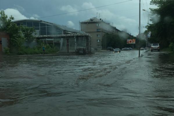 Улицу затопило во время дождя