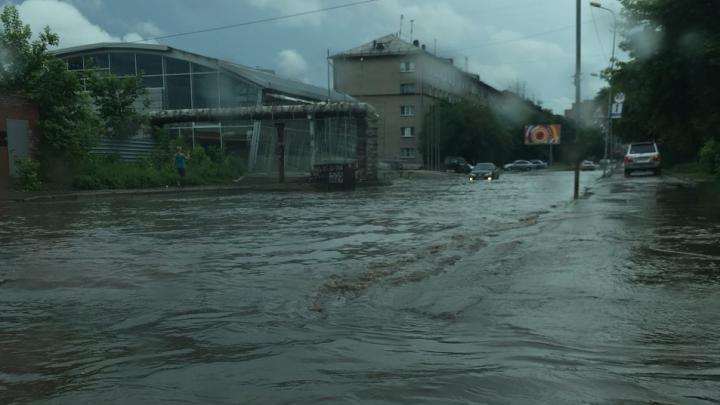 Ни пройти ни проехать: улица Дачная ушла под воду из-за дождя